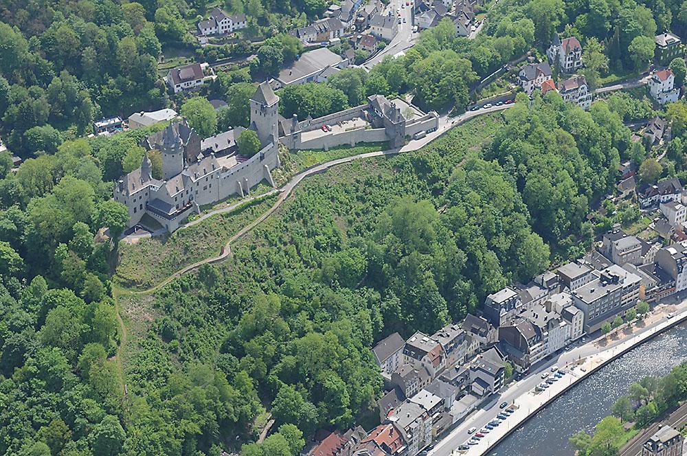 Burg Altena, hoch über der Lenne, aus der Luft fotografiert.