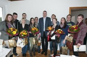 Gruppenbild mit AGB-Vorstand Joachim Effertz. Diese Paare sollen in den nächsten Monaten mit ihren jungen Gesichtern für das Wohnen am Knerling werben.