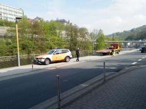 Auf der Lenneuferstraße fuhr der Notarztwagen der Altenaer Feuerwehr im Einsatz auf einen anderen Pkw auf.