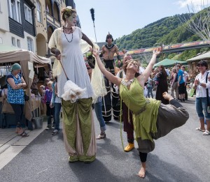 Gaukler, Ritter, Räuber: Rund 500 Akteure bespielen Lenneuferpromenade, Plätze und Burg Altena.