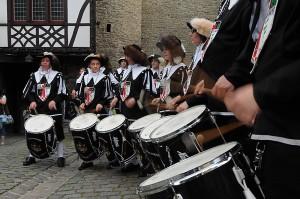 Die musizierenden Landsknechte aus Halver ziehen mit im Zug hoch zur Burg Altena.