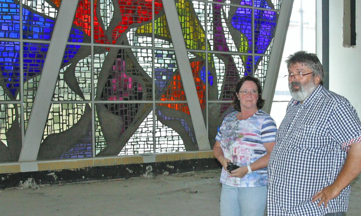 Ilona Gruß vom Gebäudemanagement und Siegmund Müller besichtigen die Baustelle, Foto Erkens