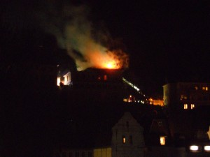 Das ehemalige Hotel Sauerland oberhalb des Ellen-Scheuner-Hauses brennt.