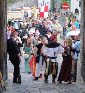 Viel Volk zieht nur während der Mittelaltermärkte auf einmal durchs Burgtor in die Höfe.