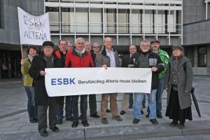 Mit einer Mahnwache protestierten einige Demonstranten gegen die beabsichtigte Schulschließung. Foto: Hendrik Klein/Märkischer Kreis