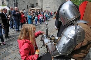 """Einmal Rittern auf die Finger schauen: Das geht im Burgmuseum. Auch wenn """"echte Menschen"""" nur zu besonderen Gelegenheiten im Blechkleid stecken."""