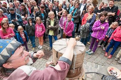 Volksbelustigung am Rande einer hochherrschaftlichen Hochzeit im Burghof: Volles Programm zur Einweihung des neuen Erlebnisaufzuges! Fotos: Chr. Hüls