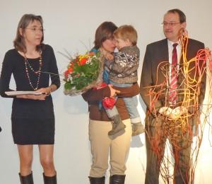 Bei der Ausstellungseröffnung (von links) Dr. Agnes Zelck, Künstlerin Stefanie Welk und Landrat Thomas Gemke. Foto: Klaus Sauerland/Märkischer Kreis