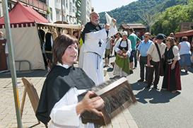 Nachgespielter Disput: Darf Tetzel auf dem Mittelaltermarkt Ablassbriefe verkaufen?  Die Evangelisch-Freikirchliche Gemeinde spielte die Szene nach.