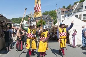Die Altenaer Ritter ziehen über die Lenneuferpromenade.