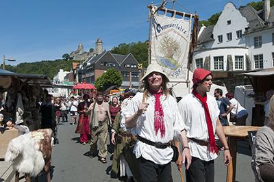 Am Fuße der Burg sammeln sich Gaukler und Volk zum Umzug über die Festmeile an der Lenne.