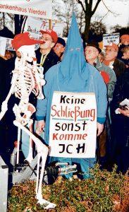 2001 zogen die Mitarbeiter der Lennetaler Krankenhäuser los, um gemeinsam in Balve gegen die vorgeschlagene Schließung der Kliniken zu protestieren.