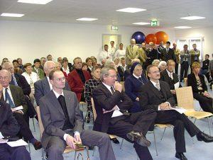 Am 10. Oktober 2003 wurde das neue Ärztehaus eingeweiht - es sollte ein Rettungsanker werden. Im Bild im Vordergrund von links: Kreisdechant Bernward Mezger, Geschäftsführer Michael Kaufmann . Archivfoto: Hüls