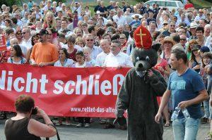 200 Schafe und ein Wolf mit Bischofsmütze liefen dem über 2000-köpfigen Demonstrationszug durch die Altenaer Innenstadt vorweg. Zum dritten Male demonstrierten 2010 die Altenaer für den Erhalt des Altenaer Krankenhauses.