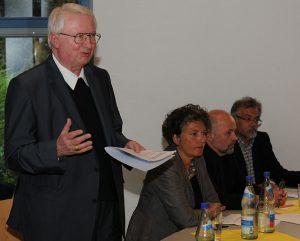 Weihbischof Franz Vorrath aus Essen muss sich viele Vorwürfe an den Kopf werfen lassen, als er nach Altena kommt. Archivfoto: Hüls