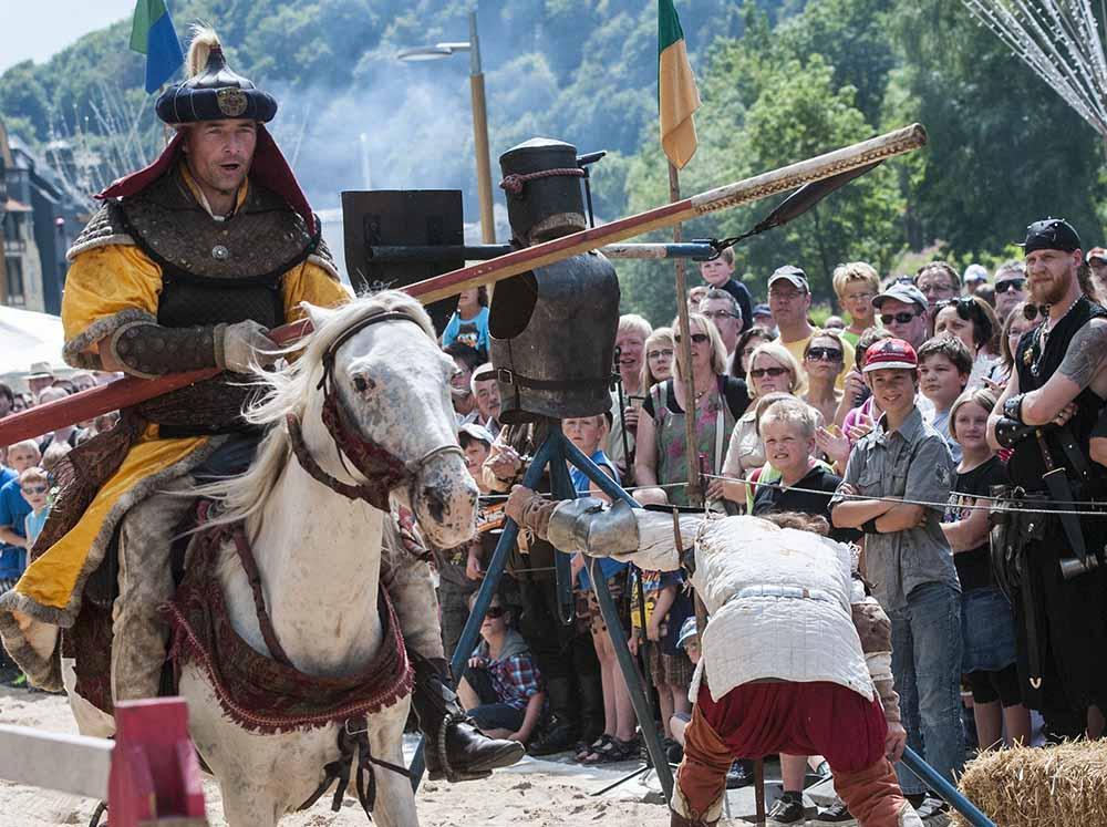 Am Lenneufer reiten wieder die Ritter.
