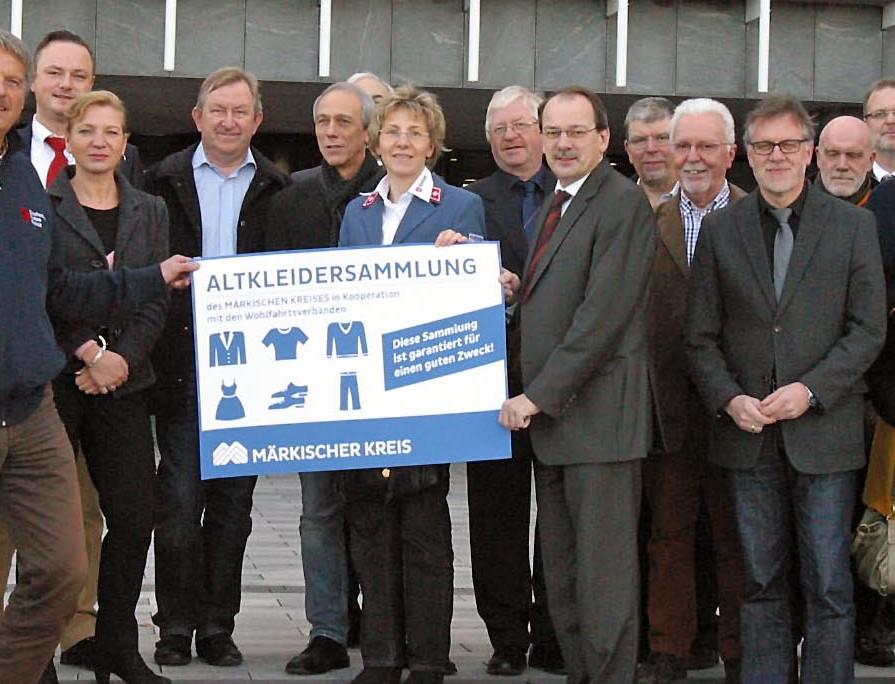 Schulterschluss für caritative Altkleidersammlungen: der Landrat mit Vertretern der Wohlfahrtsverbände. Foto: Pressestelle Märkischer Kreis