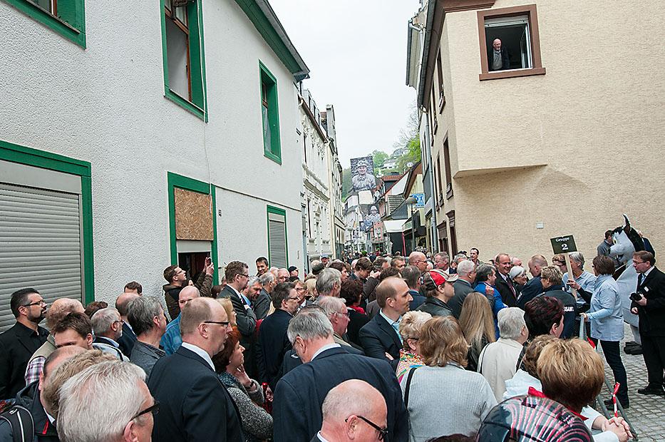 """Geduldig warteten die ersten Gäste am Samstagmorgen am """"Neuen Tor"""" zur Burg Altena."""