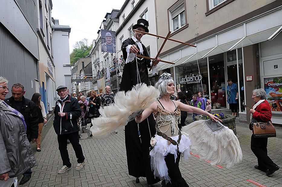 Das Volk feiert auf der Burg und im Lennetal den neuen Altenaer Erlebnisaufzug. Fotos: Hüls