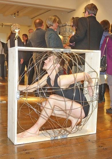 Piotr Tomczyk zeigte zur Ausstellungseröffnung im Deutschen Drahtmuseum eine Tanzperformance. Foto: Klaus Sauerland/Märkischer Kreis