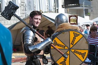 Man(n) trägt Blech - das ist der Hammer - beim Mittelaltermarkt am Lennestrand.