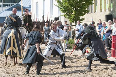 Schwertkampf auf dem Turnierplatz am Lenneufer.