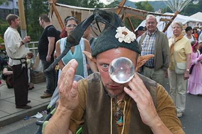 Gaukler beim Spiel mit der magischen Kugel beim Mittelalterfest 2015.