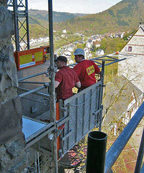 Arbeiten mit herrlicher Aussicht - der Bergfried auf der Burg Altena wird zurzeit eingerüstet. Foto: Ilona Gruß/Märkischer Kreis